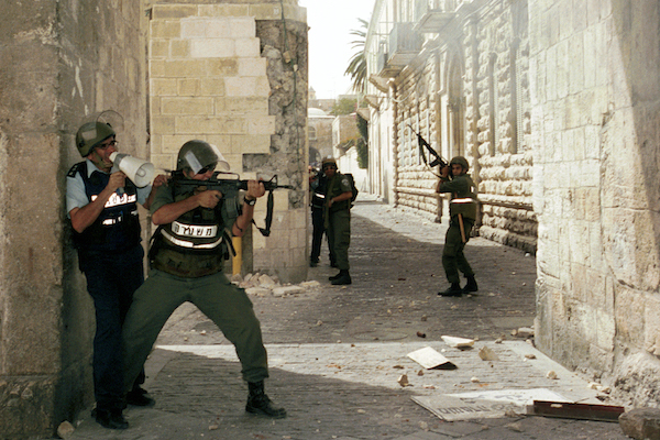 Israeli police clash with Palestinian citizens near Lion Gate in Jerusalem's Old City on October 6, 2000. (Nati Shohat/Flash90)