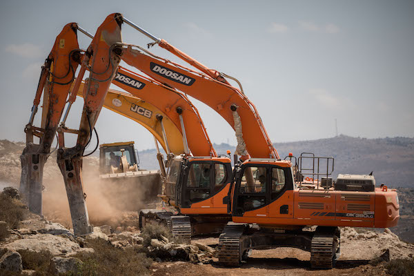 Construction workers begin work on the new settlement called Amichai, meant to resettle the evacuees of Amona, in Shilo Valley, West Bank, on June 20, 2017. (Yonatan Sindel/Flash90)