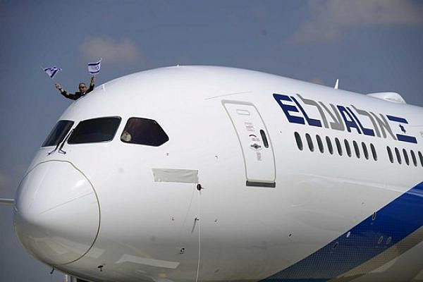 An El Al pilot hangs out the window of one of the carrier's planes. (Illustrative photo by Tomer Neuberg/Flash90)