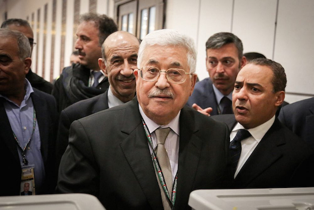 Palestinian president Mahmud Abbas casts his vote at the Muqataa, the Palestinian Authority headquarters, in the West Bank city of Ramallah on December 03, 2016. (Flash90)