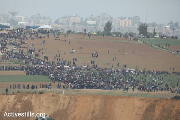 Thousands of Palestinians protest in Gaza near the border with Gaza as part of the 'Great Return March.'  March 30, 2018. (Oren Ziv/Activestills.org)