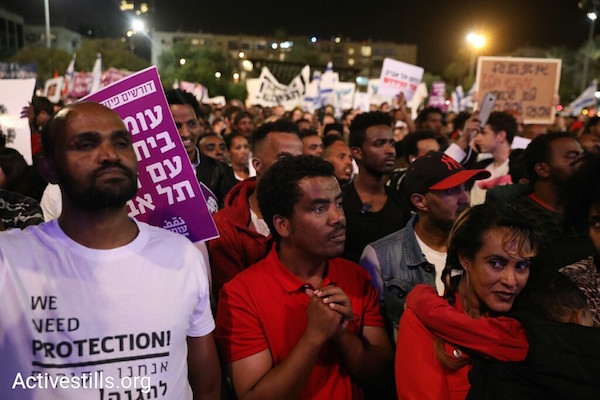 Asylum seekers and Israeli activists rally in Rabin Square to protest the deportation plan. March 24, 2018. (Activestills.org)