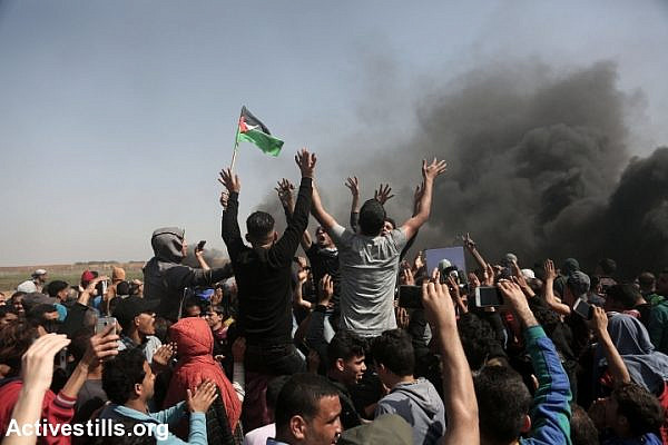 Palestinian protesters gather near the border fence during the second week of the Great Return March, east of Jabaliya, April 6, 2018. (Mohammed Zaanoun/Activestills.org)
