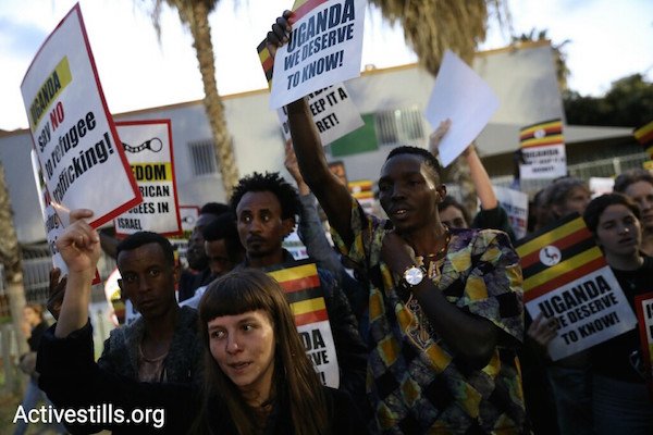 Asylum seekers and Israeli activists protest Israel's plan to deport tens of thousands of asylum seekers to Uganda. April 9, 2018. (Oren Ziv / Activestills.org)