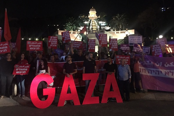 Palestinians and Israelis demonstrate in support of Gaza outside the Bahá'í Gardens, Haifa, May 20, 2018. (Haggai Matar)