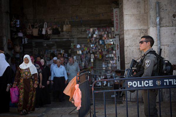 Israeli Border Police officers guard the entrance to Damascus Gate in Jerusalem's Old City, September 21, 2016. (Yonatan Sindel/Flash90)