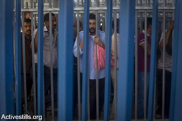 Palestinian men try to pass through the Qalandiya checkpoint on the last Friday of Ramadan, September 3, 2010. (Oren Ziv/Activestills.org)