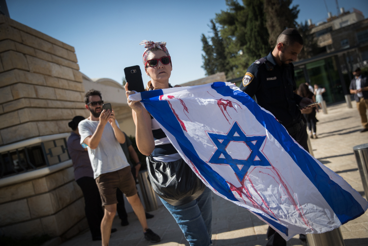 Israelis protest against Philippines President Rodrigo Duterte upon his arrival for a meeting with Israeli President Reuven Rivlin in Jerusalem on September 4, 2018. (Yonatan Sindel/Flash90)