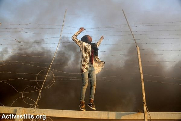 A Palestinian woman seen after after crossing the a fence that had been damaged by demonstrators during the protest near the Gaza-Israel border fence, Gaza Strip, September 28, 2018. (Mohammed Zaanoun/Activestills.org)