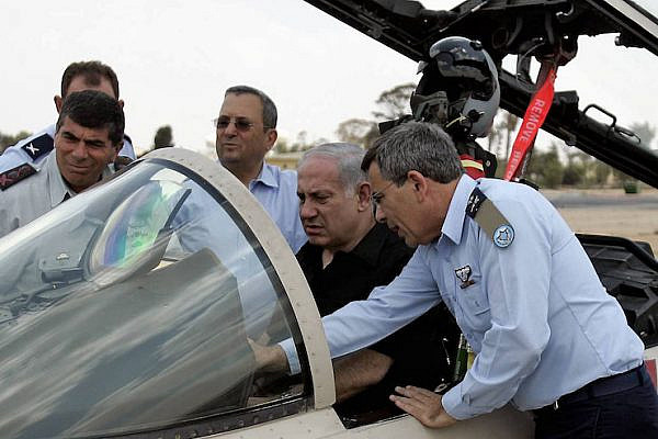 Israeli Prime Minister Benjamin Netanyahu, Defense Minister Ehud Barak, Chief of Staff Gabi Ashkenazi, and Air Force commander Ido Nehoshtanas inspect an F-15, August 11, 2009. (Edo Israel/Flash90)