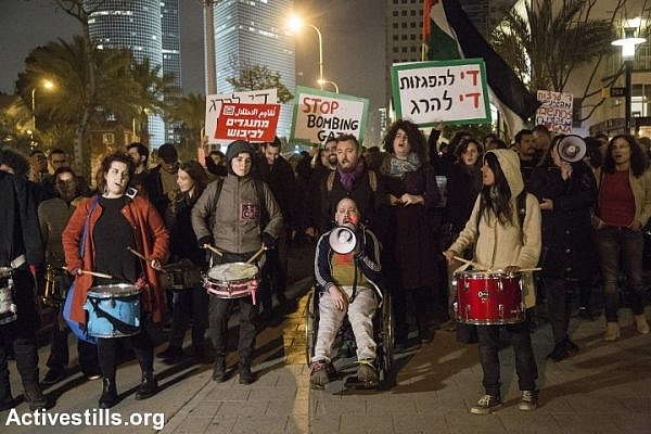 Israeli activists march during a protest in front of the Israeli army headquarter in Tel Aviv city in solidarity with the March of Return of the Gaza Strip and against the Israeli blockade, Israel, March 30, 2019. (Keren Manor/Activestills.org)