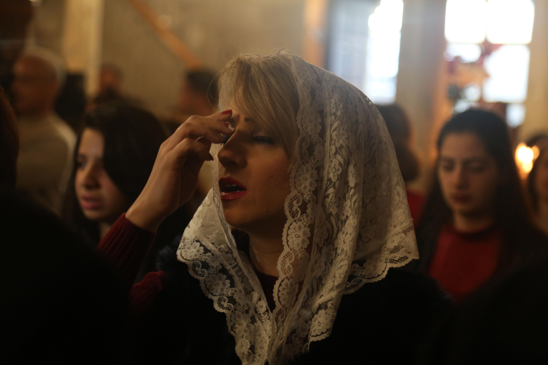 Palestinian Christians prayer at the Church of Saint Porphyrius in Gaza on Palm Sunday, April 14, 2019. (Mohammed Zaanoun)