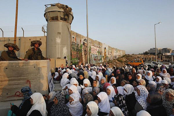 Palestinian muslim worshippers wait to cross the Qalandia checkpoint on the outskirts of the West Bank city of Ramallah on August 20, 2010 amid tight Israeli security. (Miriam Alster/Flash90)