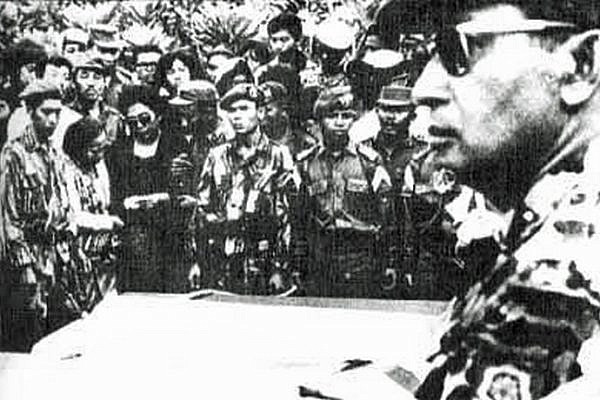 Photo of then-Maj. Gen. Suharto of Indonesia attending funeral of five generals slain in 30 September Movement. (PD-INDONESIA)