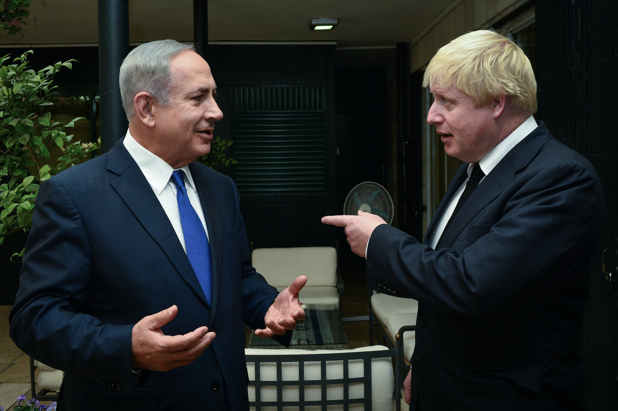 Prime Minister Benjamin Netanyahu meets with British Foreign Minister Boris Johnson at the Prime Minister's House in Jerusalem on September 30, 2016. (Kobi Gideon / GPO)