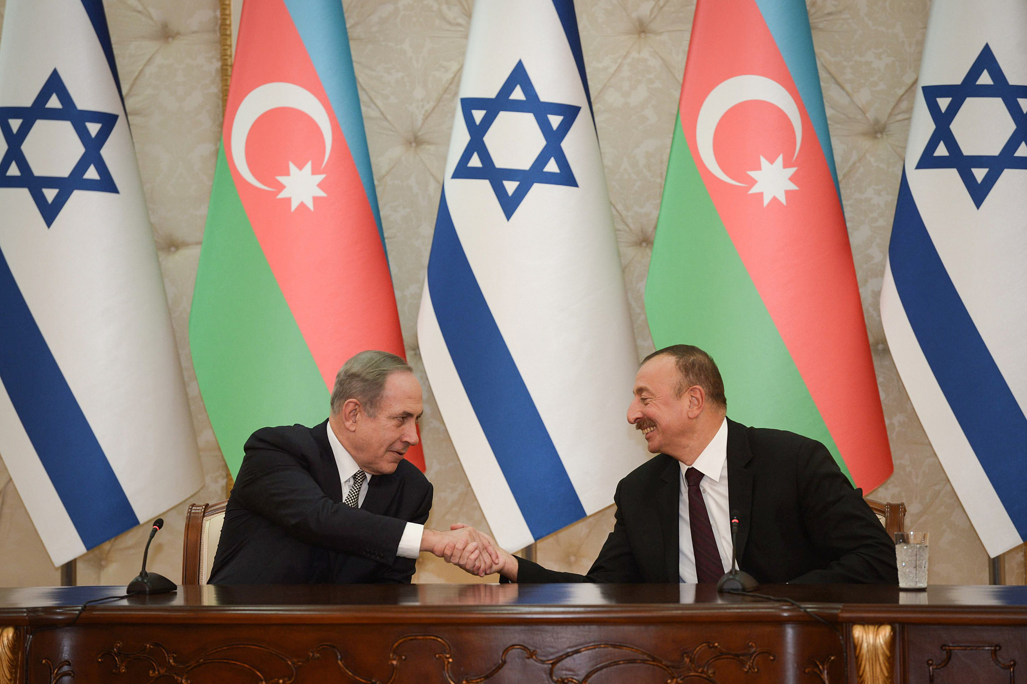 Prime Minister Benjamin Netanyahu seen shaking hands with Azerbaijani President Ilham Aliyev, during a visit to Azerbaijan, December 13, 2016. (Haim Zach/GPO)