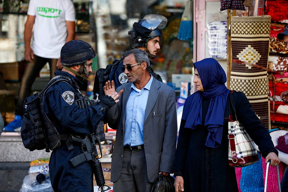 Israeli security forces take position to protect Jewish visitors as they make their way to visit a Jewish religious site in the West Bank city of Hebron, November 3, 2018. (Wisam Hashlamoun/Flash90)