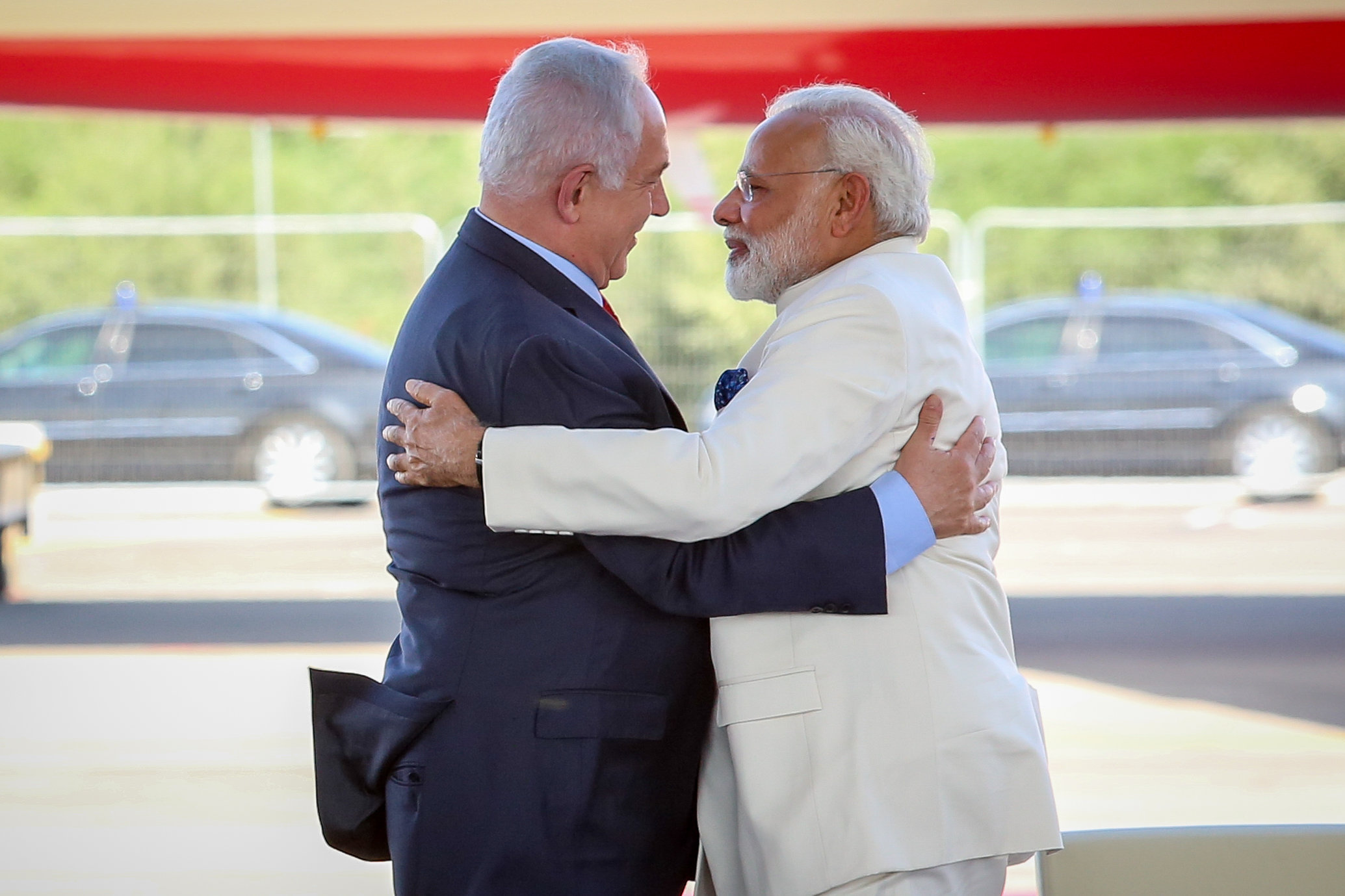 Israeli Prime Minister Benjamin Netanyahu with his Indian counterpart Narendra Modi at a farewell ceremony in his honour at Ben Gurion International Airport in Tel Aviv on July 4, 2017. (Shlomi Cohen/Flash90)