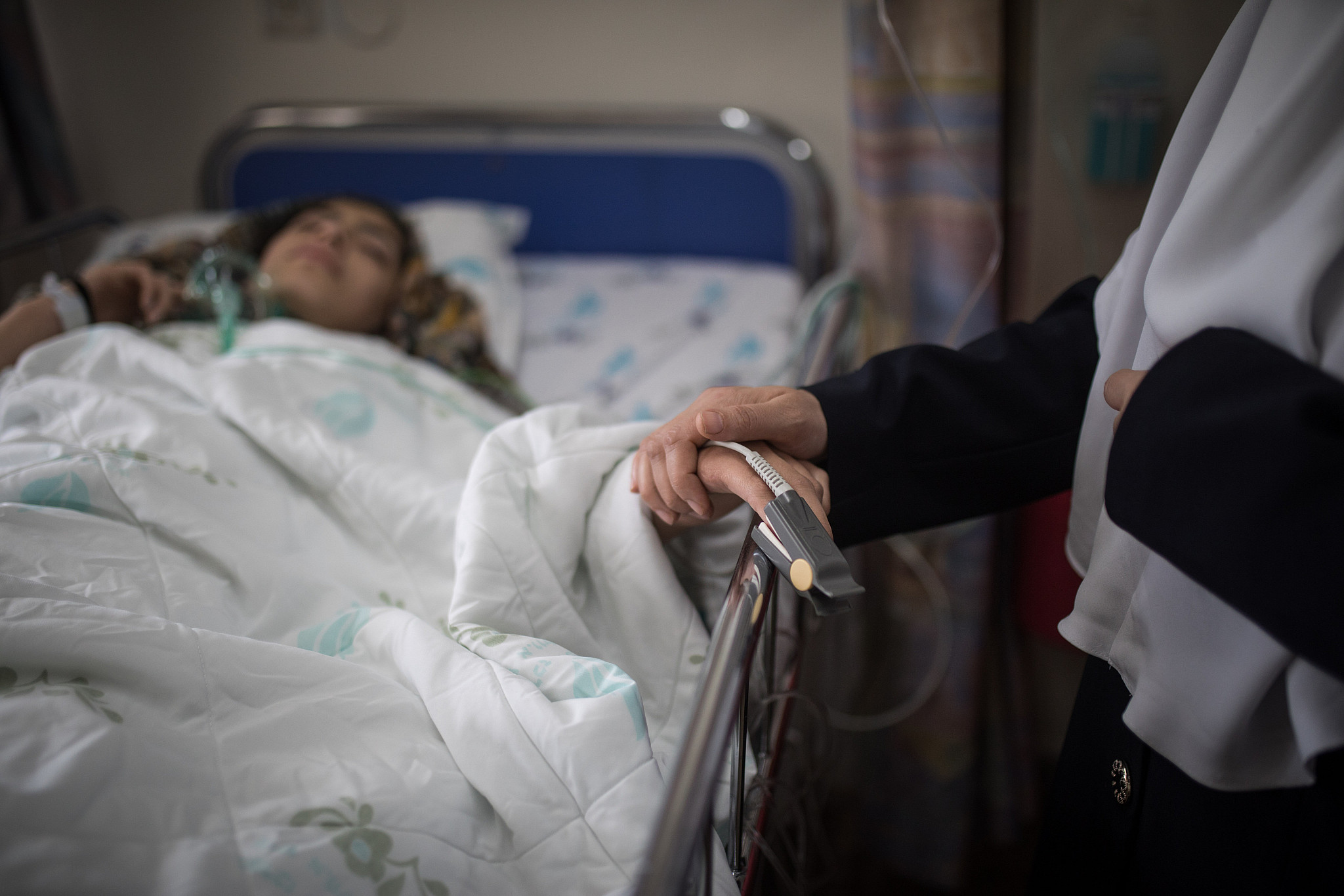 A young Palestinian girl is seen recovering with her mother by her side after going through a cardiac catheterization at the Wolfson Medical Center in the central Israeli city of Holon, on April 11, 2018. (Hadas Parush/Flash90)