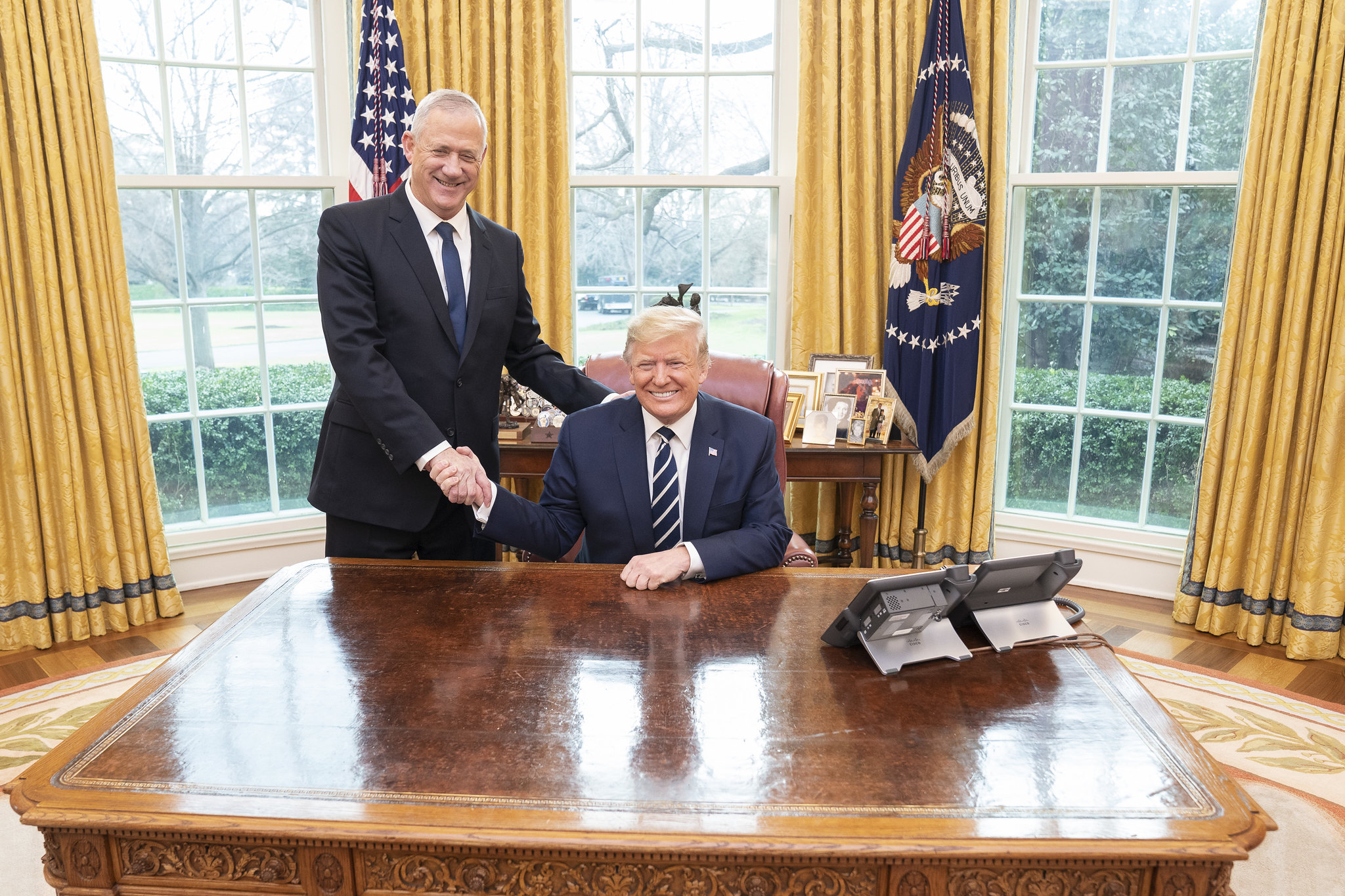 U.S. President Donald Trump meets with Benny Gantz of the Blue and White party in the Oval Office of the White House, on January 27, 2020. (Shealah Craighead/White House)