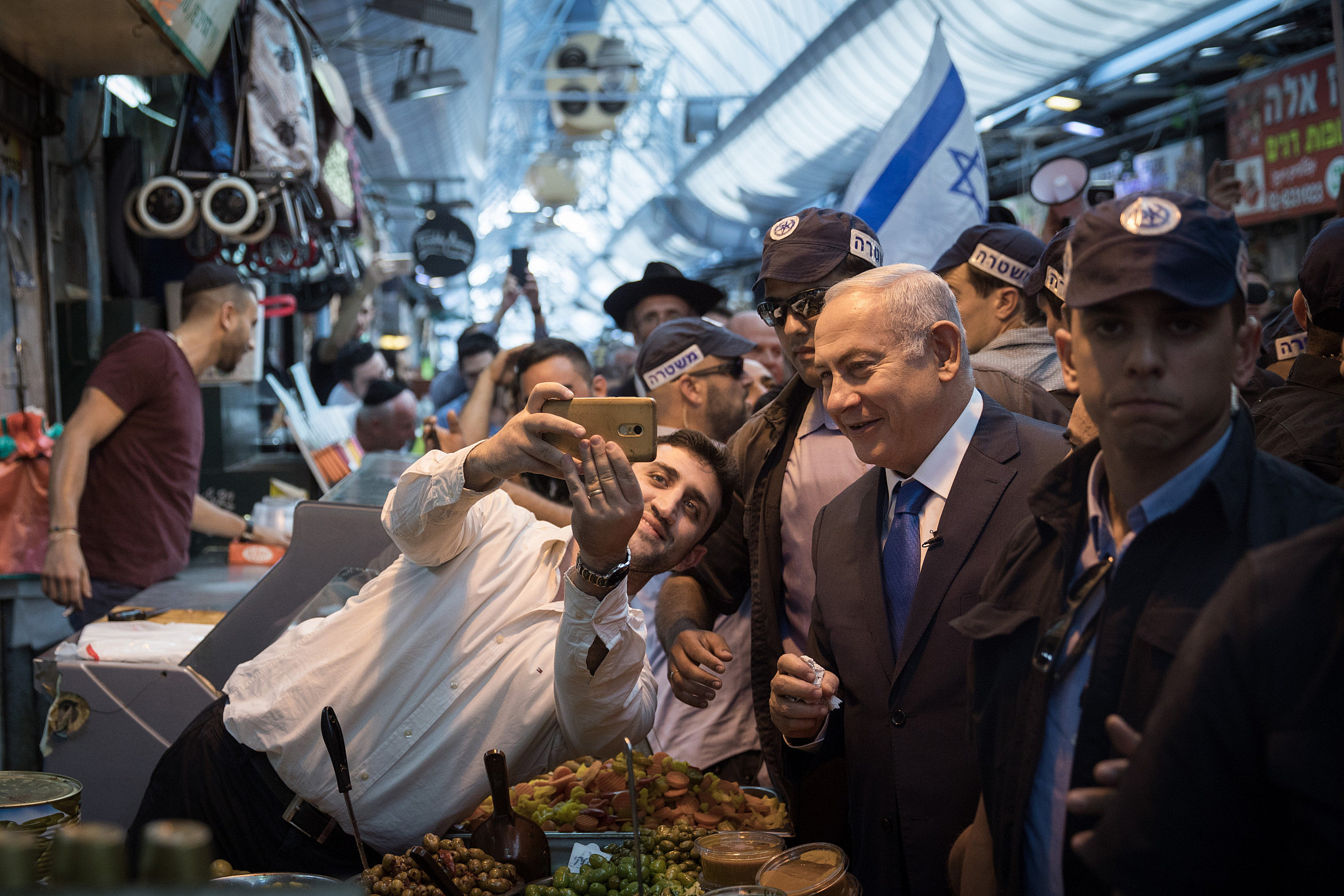 Prime Minister Benjamin Netanyahu visits the Mahane Yehuda Market in Jerusalem along with the Likud party candidate for Jerusalem mayor, Minister Zeev Elkin, ahead of the municipal elections, on October 24, 2018. (Hadas Parush/Flash90)