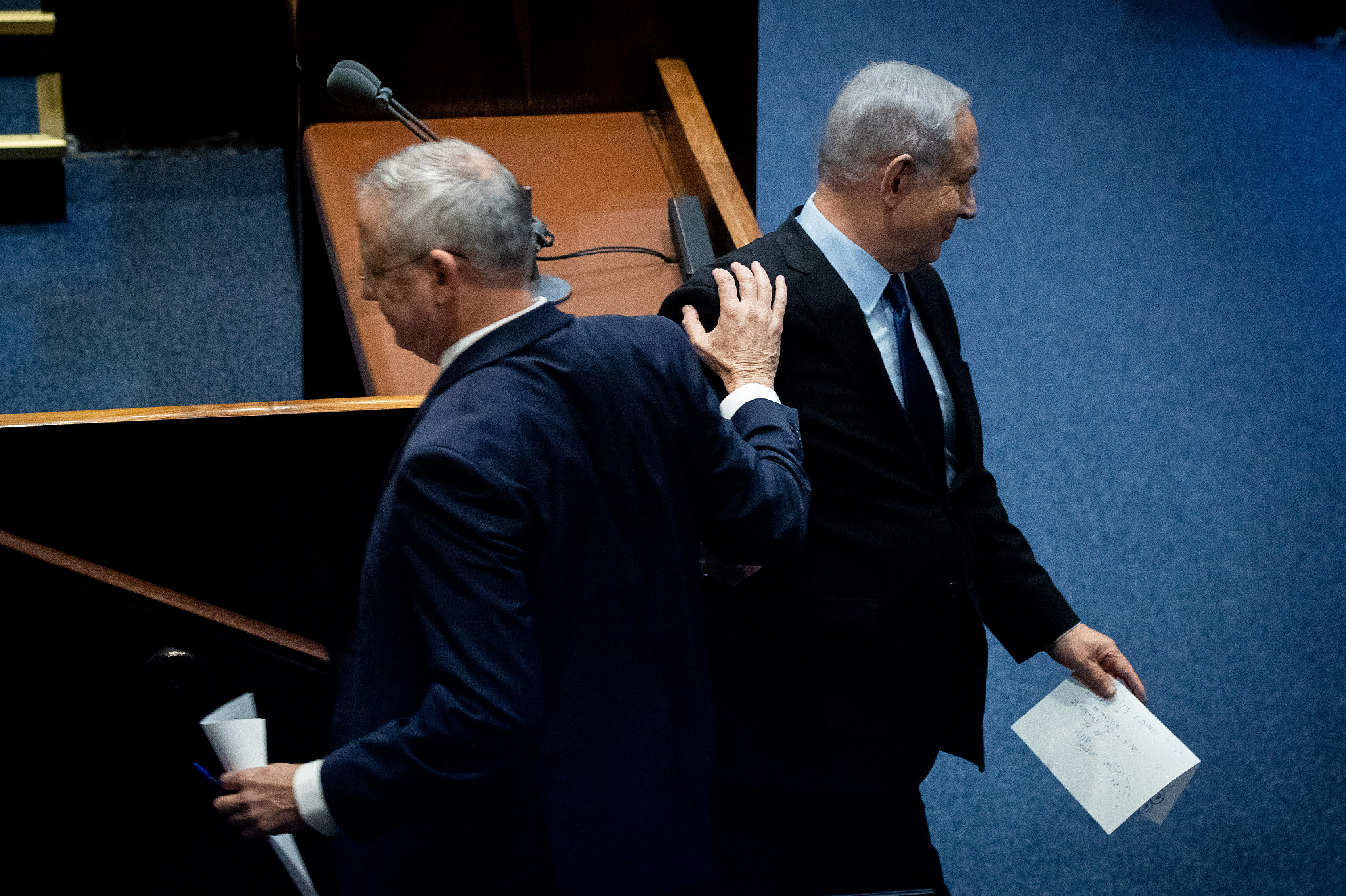 Israeli Prime Minister Benjamin Netanyahu and Blue and White party leader Benny Gantz at a memorial ceremony at the Knesset marking 24 years since the assassination of former Israeli Prime Minister Yitzhak Rabin, November 10, 2019. (Yonatan Sindel/Flash90)