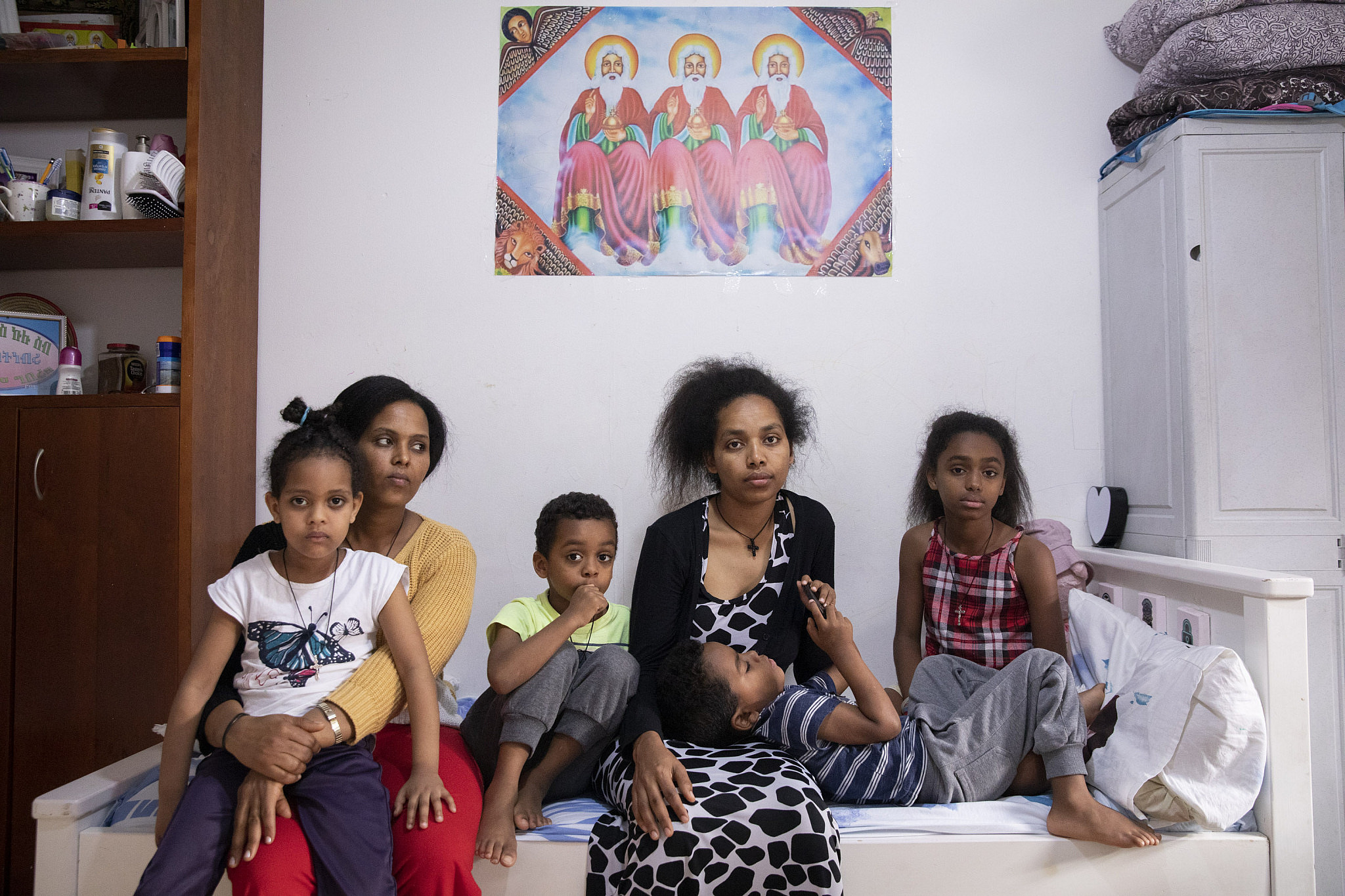 From right: Tamarza, a single mother (31) and her children Lydia (10), Hazravi (6), and Nabad (4). Left: Zahab (30), a single mother, and her daughter Jerusalem (6). Both have been in the country for about 10 years. Tamarza worked in a food factory before the crisis and is not currently working. Zahab was unemployed before the crisis.