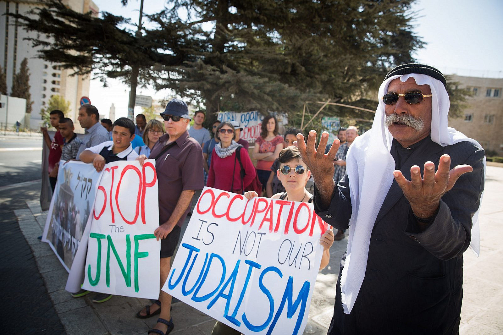 Residents of the Bedouin village of Al-Araqib and Jewish activists protesting against demolitions in front of the JNF office in Jerusalem on October 16, 2016. (Flash90)