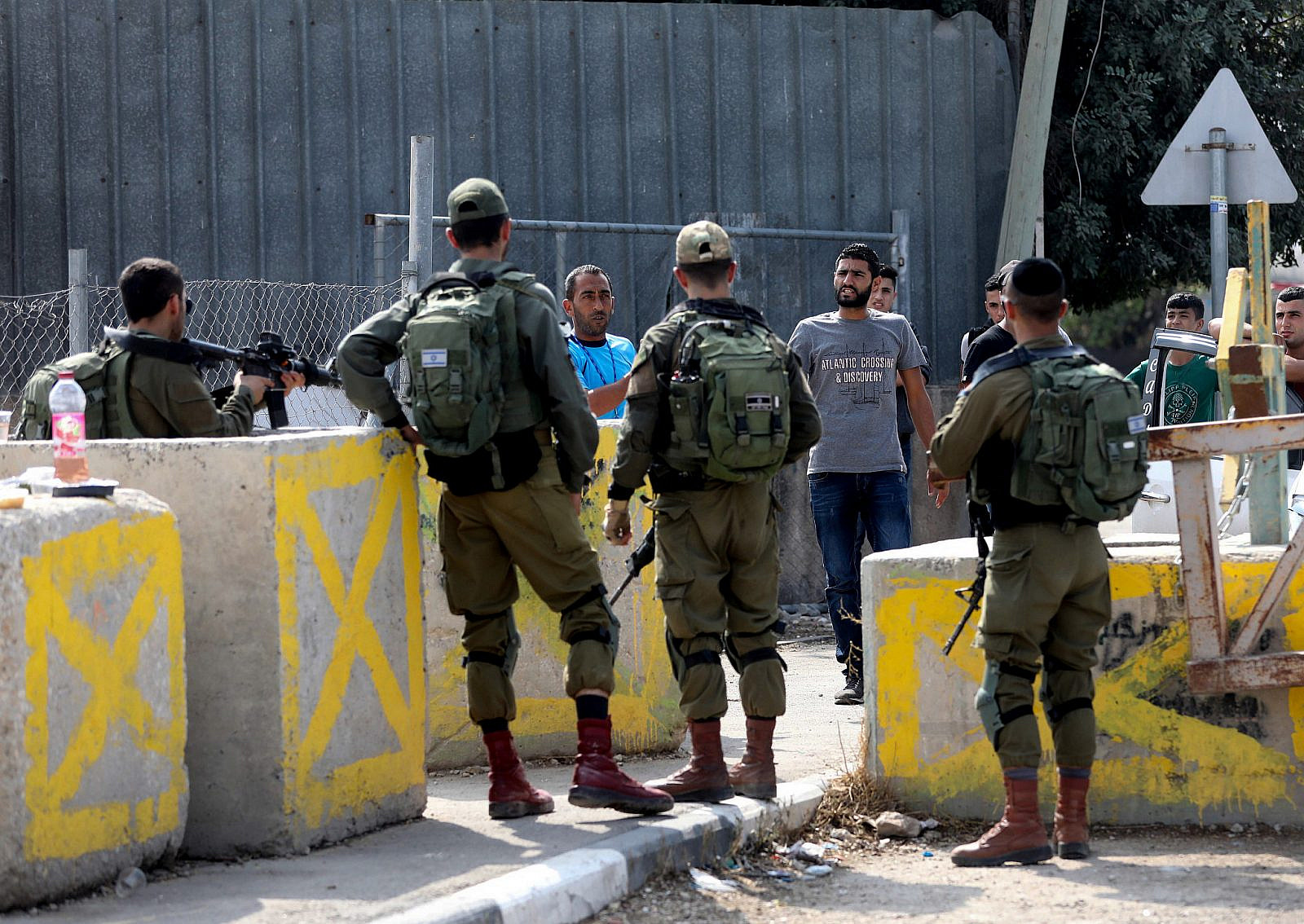 Israeli soldiers at a checkpoint in the West Bank city of Hebron. October 17, 2019. (Wisam Hashlamoun/Flash90)