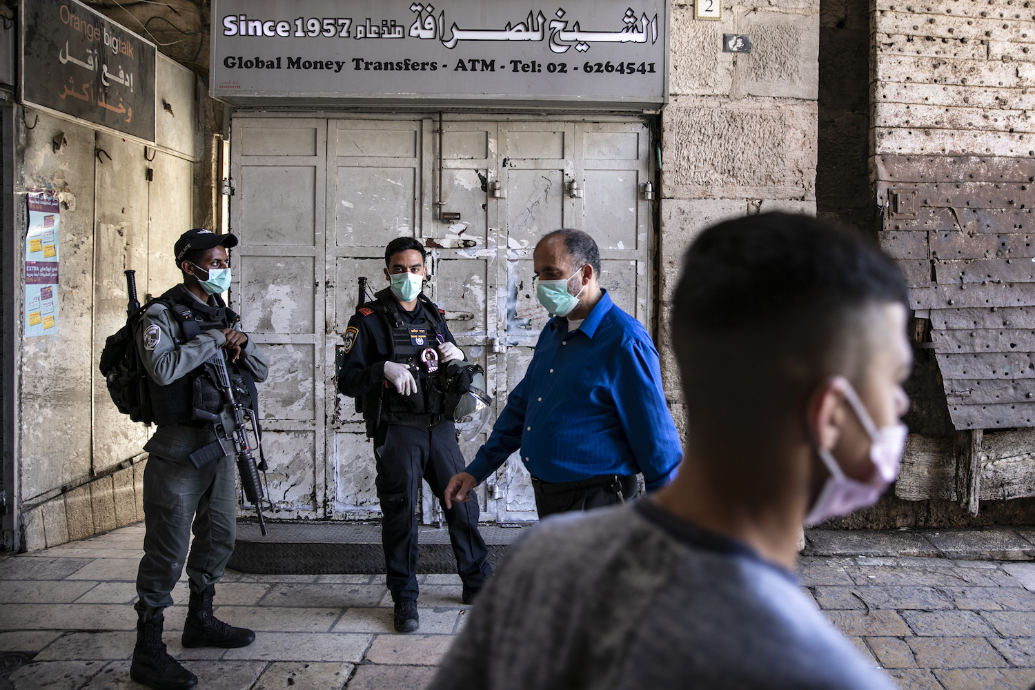 Palestinians and Israeli police officers in the Old city of Jerusalem, April 4, 2020. (Olivier Fitoussi/Flash90)