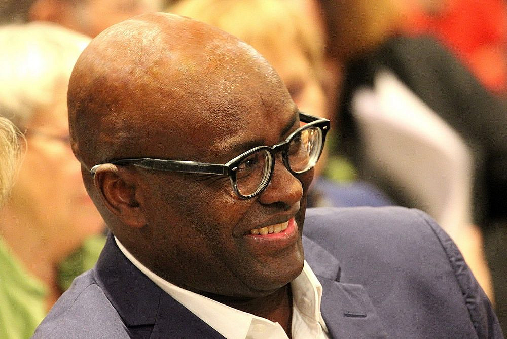 Achille Mbembe at the awarding of the 2015 Geschwister-Scholl Prize at the Ludwig Maximilian University. November 30, 2015. (Heike Huslage-Koch/Wikimedia)