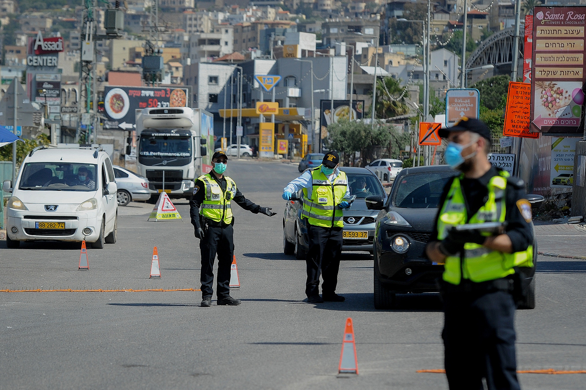 Police at a makeshift checkpoint in the Arab town of Deir al-Asad in northern Israel, April 18, 2020, following the government decision on a full lockdown on the town. (Basel Awidat/Flash90)