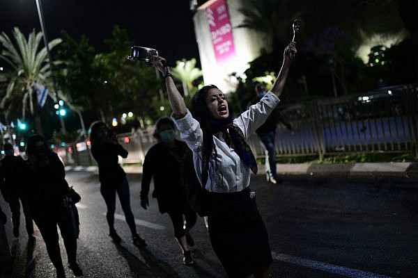Israelis protest gender-based violence following the killing of a 50-year-old woman by her husband, Bat Yam, May 4, 2020. (Tomer Neuberg/FLASH90)