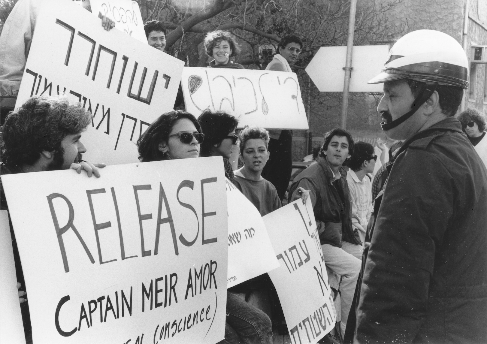 Students from Tel Aviv University protest for the release of conscientious objector Meir Amor in front of the Ministry of Defense, Tel Aviv. Amor refused to serve in the First Lebanon War and was sentenced to prison, February 15, 1988. (Vered Pe'er, Hashomer Hatzair archive/The National Library of Israel)