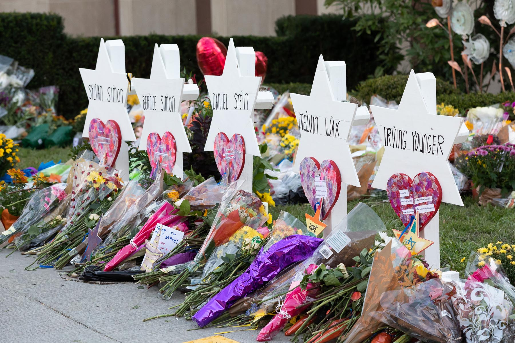 A memorial outside the Tree of Life Congregation Synagogue in Pittsburgh, following a mass shooting by a white nationalist, Oct. 30, 2018. (Andrea Hanks/White House)
