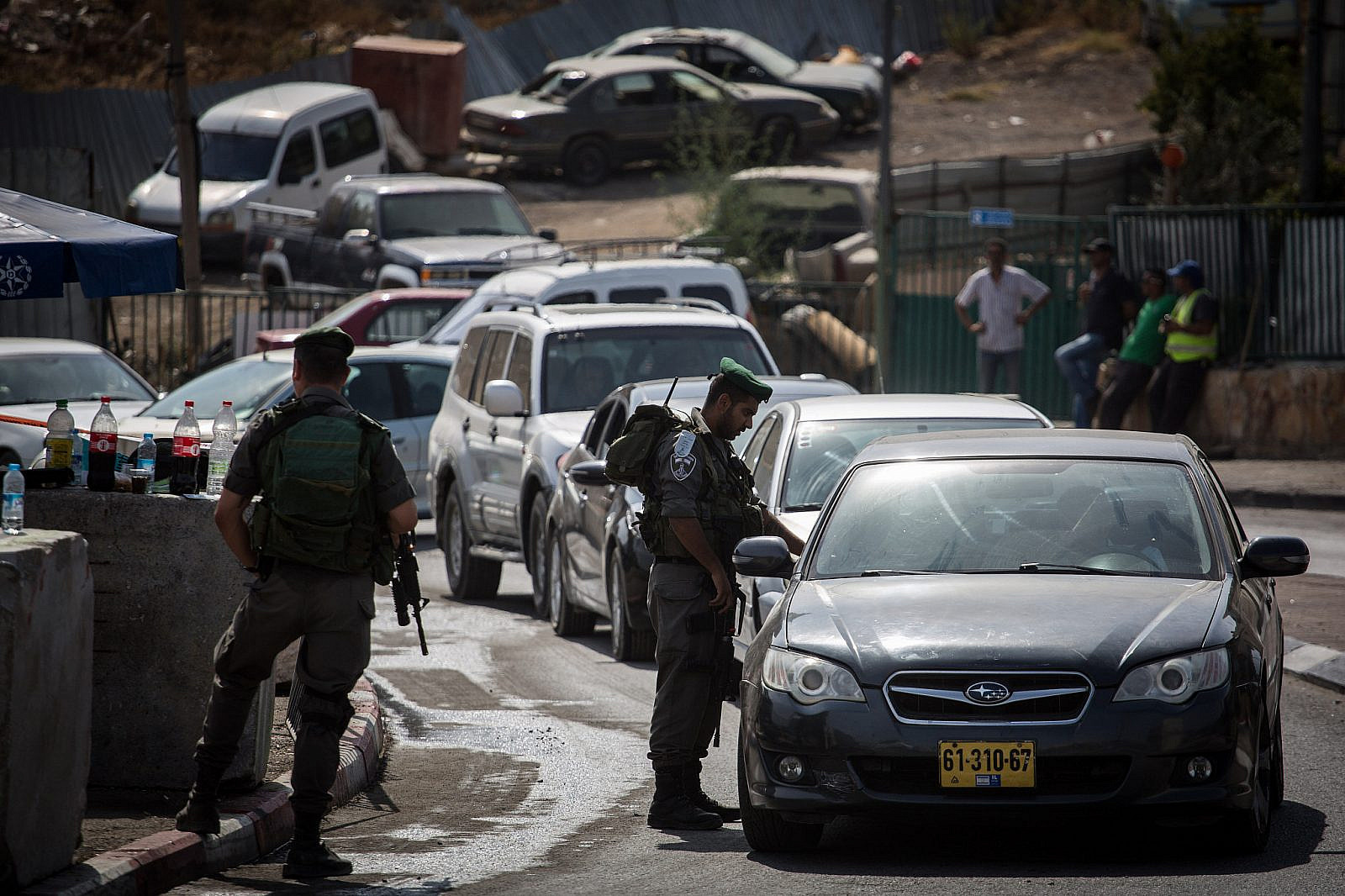 Israeli Border Police set up a checkpoint at the exit from the East Jerusalem neighborhood of Sur Baher, checking every Palestinian wanting to pass, October 16, 2015. (Hadas Parush/Flash90)
