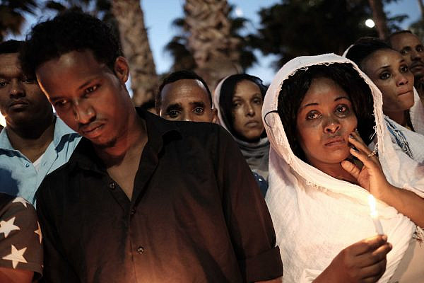 Hunderds attend a memorial ceremony for Eritrean asylum seeker Haftom Zarhum in southern Tel Aviv, October 21 2015. (Tomer Neuberg/Flash90)