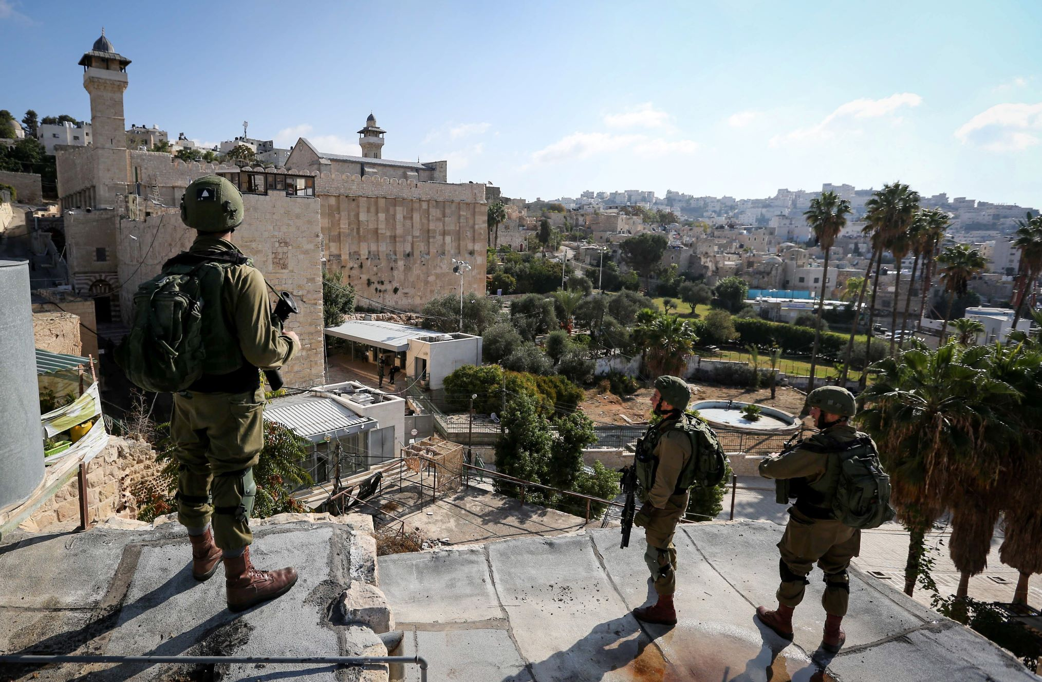 Israeli troops take position around the Cave of the Patriarchs, also known as the Ibrahimi mosque, in the old city of Hebron in the West Bank, October 30, 2019. (Wisam Hashlamoun/Flash90)