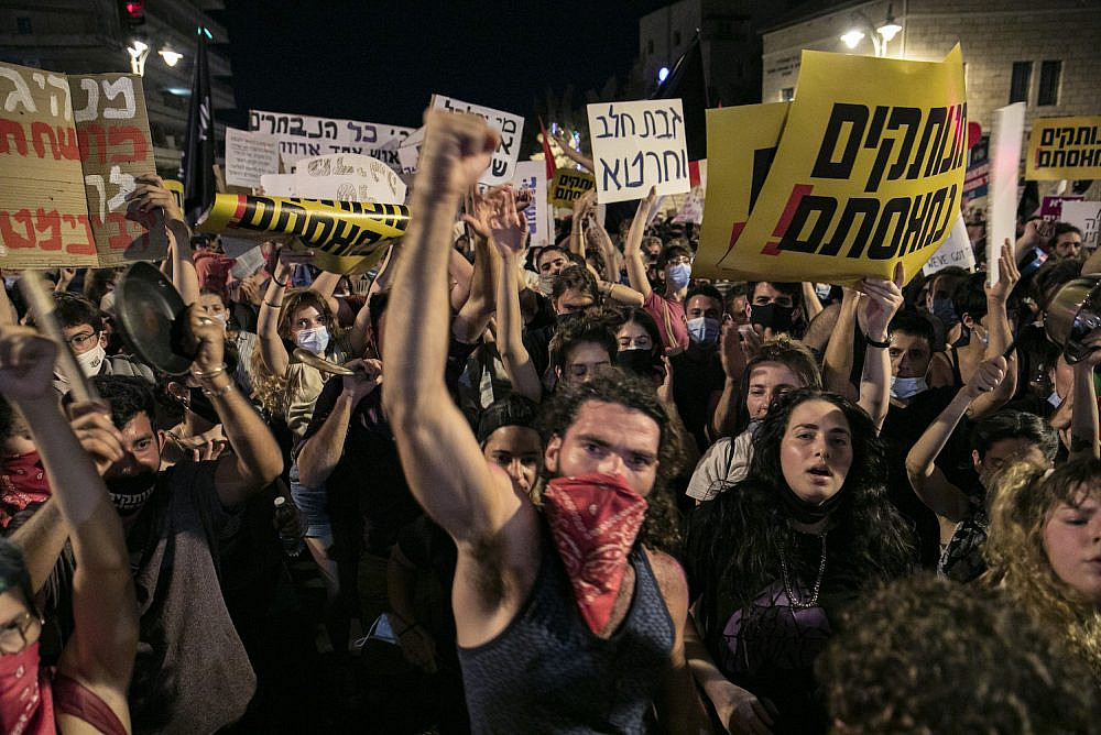 Israelis protest against Israeli Prime Minister Benjamin Netanyahu outside Prime Minister's Residence in Jerusalem, July 25, 2020. (Olivier Fitoussi/Flash90)
