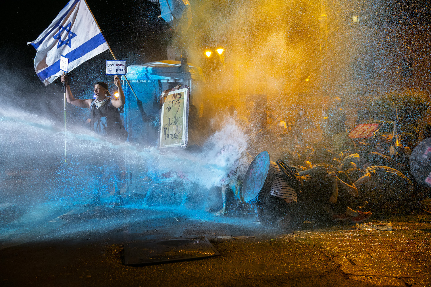 Israeli Police use a water cannon to disperse demonstrators during a protest against Prime Minister Benjamin Netanyahu, Jerusalem, July 25, 2020. (Olivier Fitoussi/Flash90)