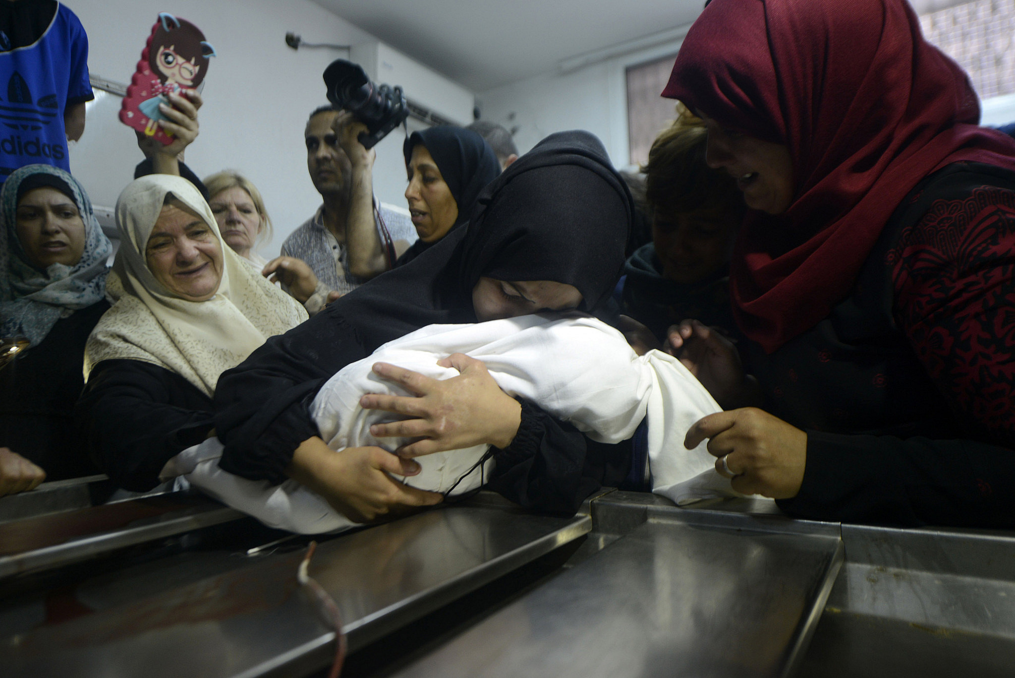 Palestinian women mourn those killed in clashes between Israeli soldiers and protesters during the Great Return March, May 14, 2018. (Mohammed Zaanoun/Activestills.org)