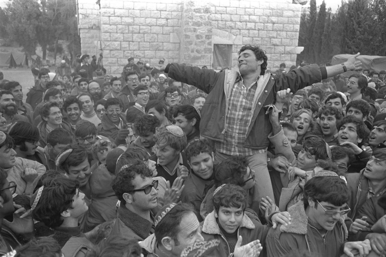 Rabbi Moshe Levinger (L), Gush Emunim leader Hanan Porat (R) and fellow settler activists celebrate after the Israeli government allowed them to establish a settlement outpost near the Palestinian village of Sebastia, December 8, 1975. (Moshe Milner/GPO)