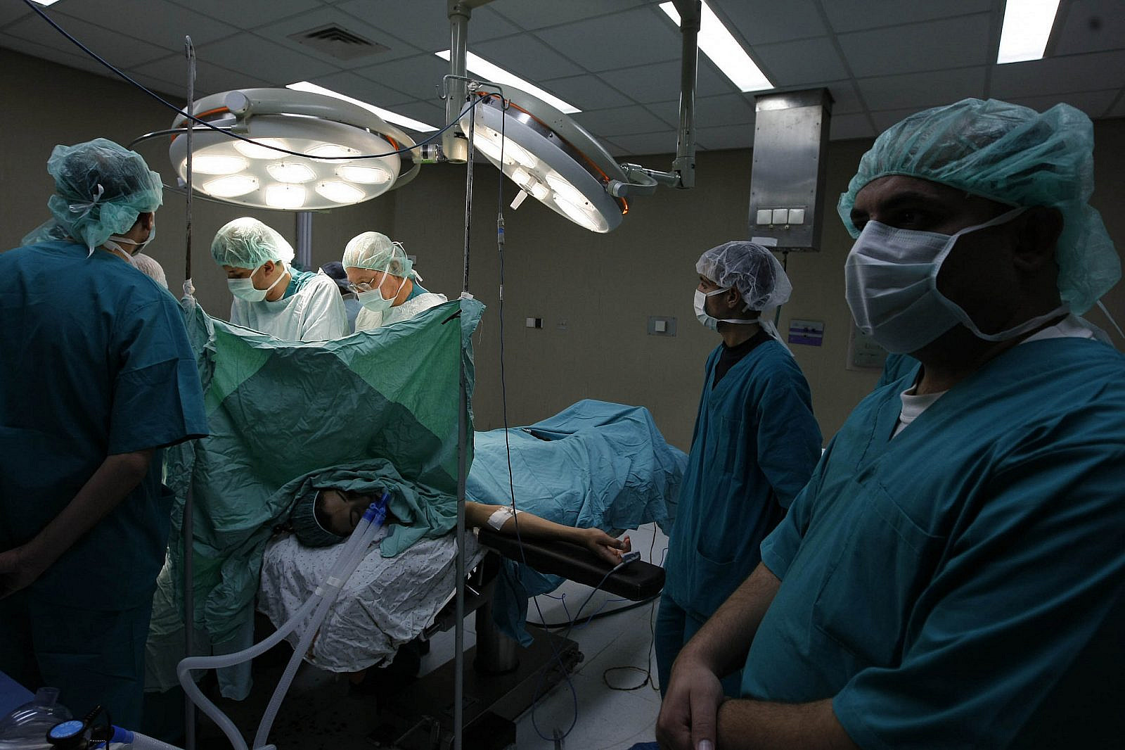 French surgeon Christopher Bulstrode operates on a Palestinian patient as he trains Palestinian doctors in surgical procedures at the Nasser hospital in Khan Younis in the southern Gaza Strip, December 15, 2009. (Abed Rahim Khatib/Flash90)