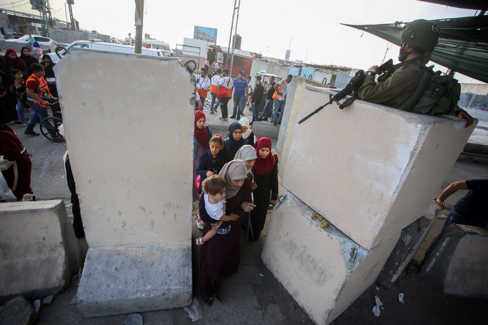 Palestinians make their way through the Qalandia checkpoint during the holy fasting month of Ramadan to Jerusalem's Al-Aqsa mosque, near the West Bank city of Ramallah, May 24, 2019. (Flash90)