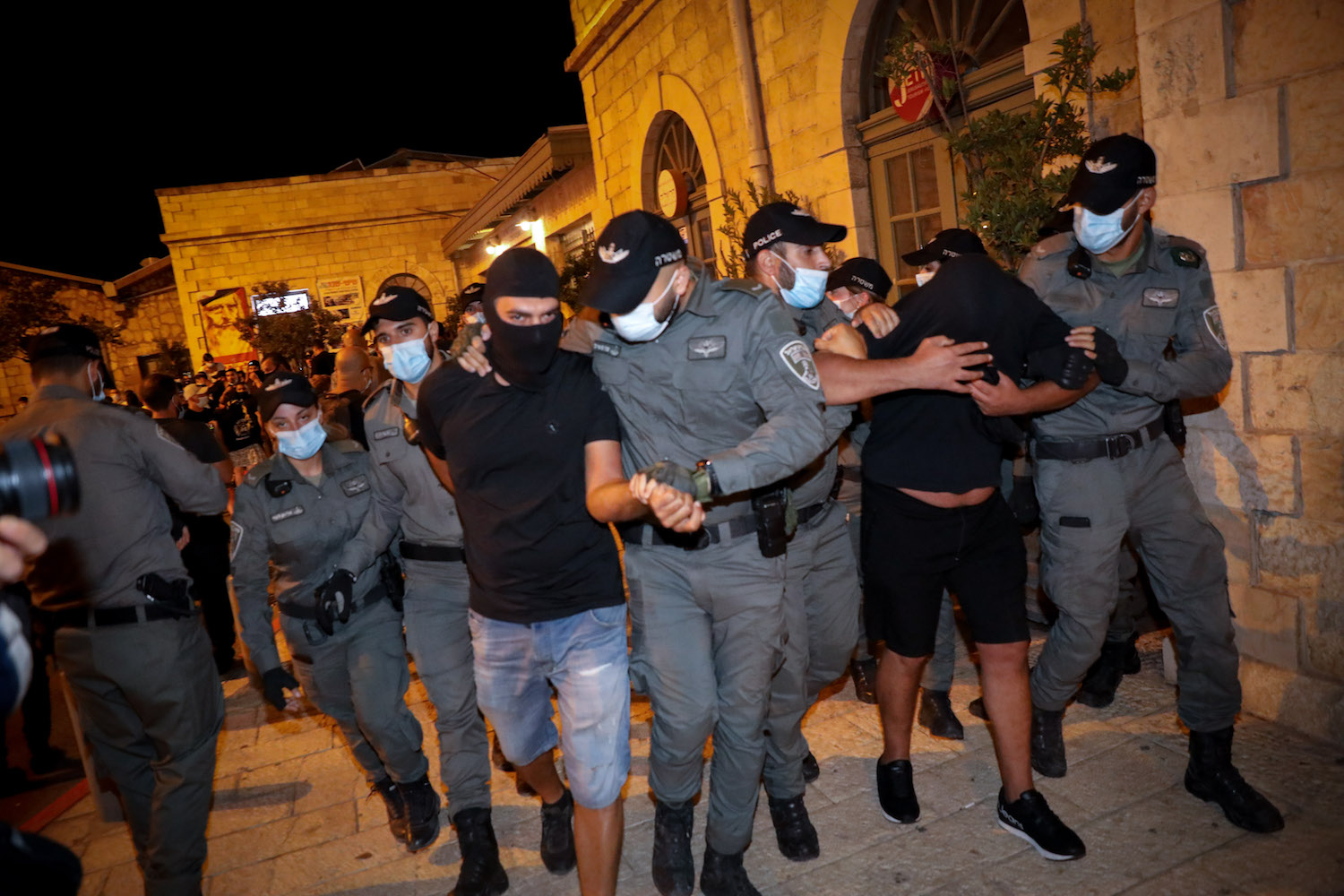 """Right-wing demonstrators from """"La Familia"""" clash with police as they hold a counter protest against the anti-Netanyahu demonstrators, Jerusalem, July 30, 2020. (Olivier Fitoussi/Flash90)"""