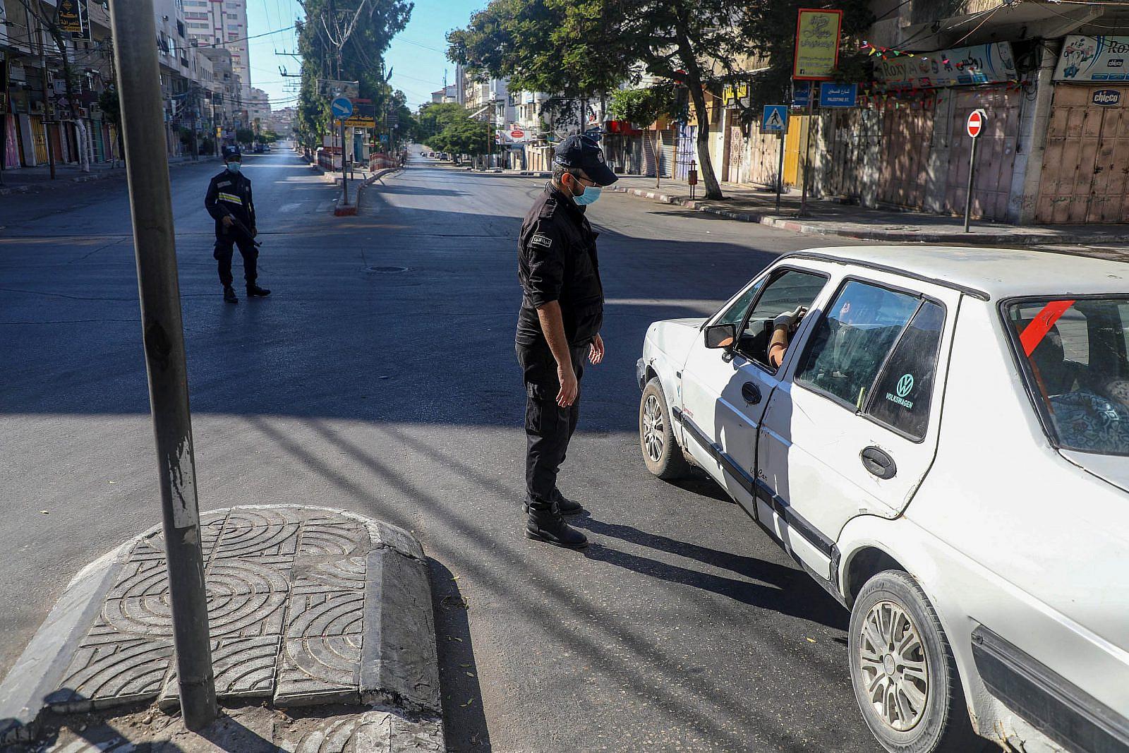Hamas policemen enforce the lockdown on the streets in Gaza City, August 25, 2020. (Mohammed Zaanoun/Activestills)