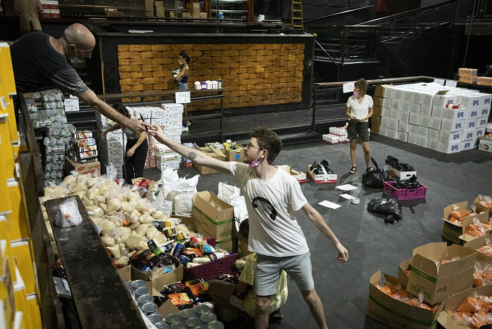 Israelis take part in the ad-hoc 'Culture of Solidarity' group to prepare food deliveries for the second lockdown for underserved and impoverished communities across Israel, Tel Aviv, September 16, 2020. (Oren Ziv)