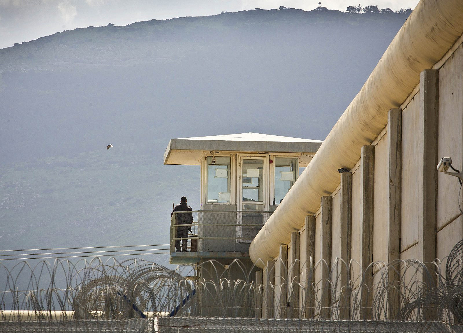 An Israeli prison guard seen on duty at a watch tower at Gilboa Prison, February 28, 2013. (Moshe Shai/Flash90)