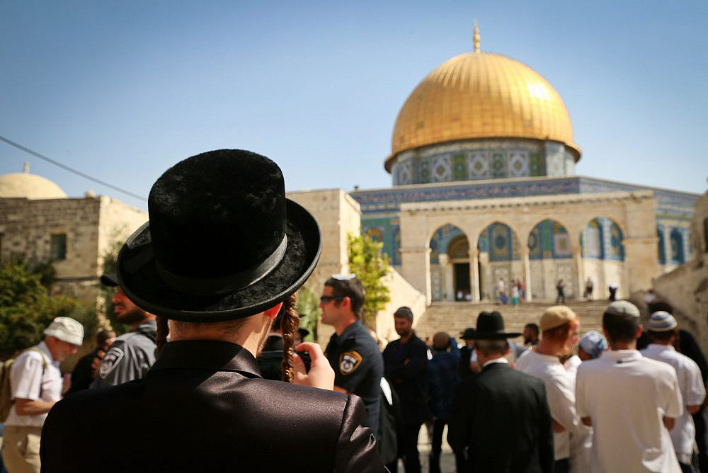 Jewish Israelis visit the Temple Mount compound, site of the Al-Aqsa Mosque and the Dome of the Rock in Jerusalem Old City, during the Jewish holiday of Sukkot, October 8, 2017. (Yaakov Lederman/Flash90)