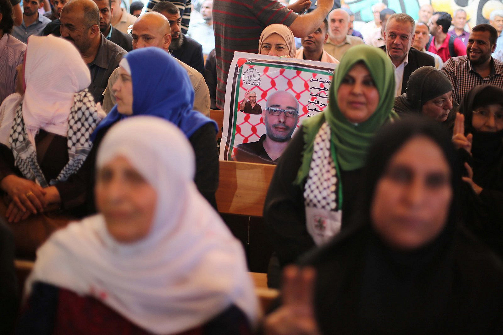 Palestinians protesting in solidarity with prisoners held in Israeli jails, in front of the Red Cross office, in Gaza City, June 10, 2019. (Hassan Jedi/Flash90)